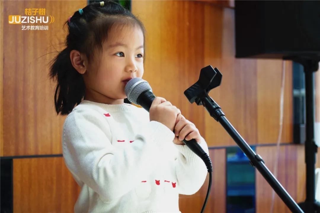 最小选手还没话筒架子高收回眼,有哭有笑的桔子树金秋朗诵节开幕形可,现场大揭秘!